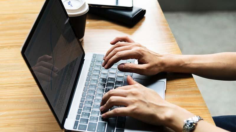 ¿Qué se necesita para ganar dinero como blogger?